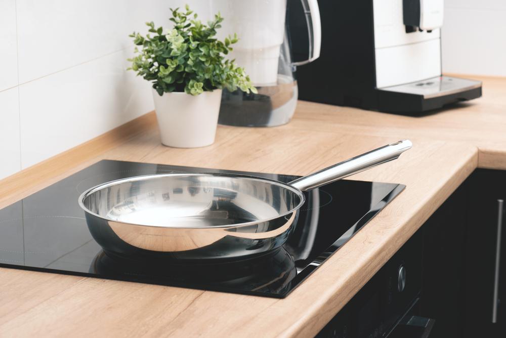 plaque-de-cuisson-à-induction-dans-cuisine